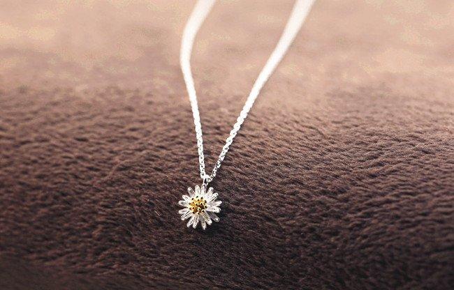 Hộp quà giáng sinh là trang sức, phụ kiện tặng cho phái đẹp