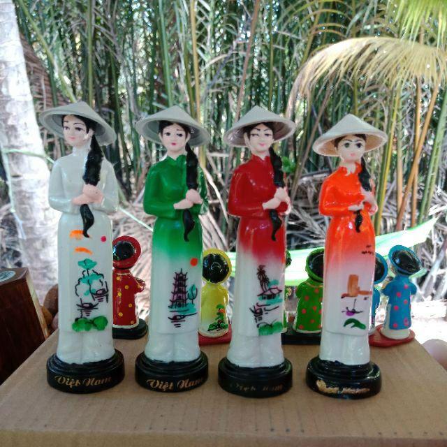 Hình ảnh cô gái Việt Nam đội nón lá