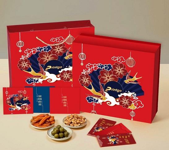 Mẫu hộp quà tết Tân Niên thu hút ánh nhìn với những họa tiết rực rỡ sắc màu
