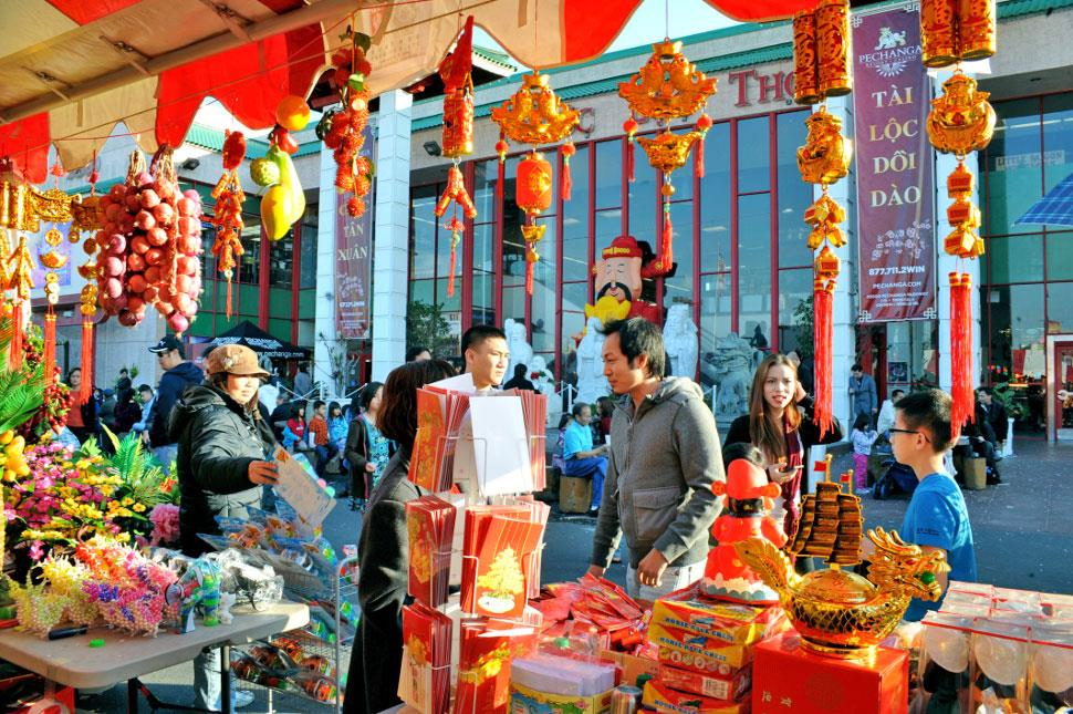Một sô hình ảnh mua sắm quà Tết của người tiều dùng vào dịp Tết