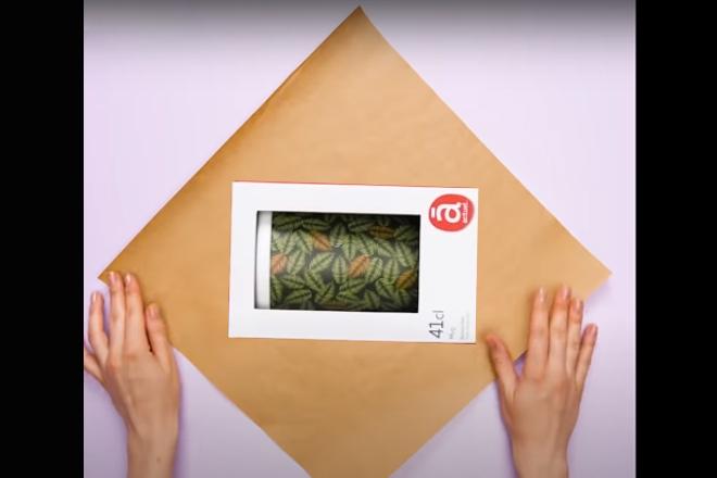 Đặt hộp quà vào giữa tấm giấy
