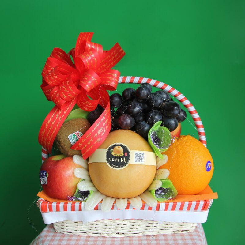 Cách xếp giỏ trái cây đẹp-Chọn những trái cây quả lớn làm trụ cho giỏ quả đẹp